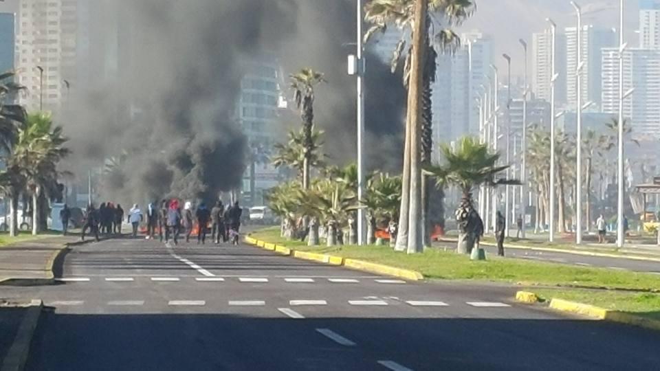 Photo of A esta hora estudiantes de la UNAP instalan barricadas en avenida Arturo Prat