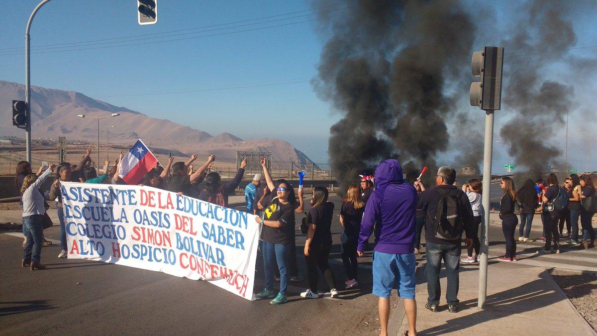 Photo of Funcionarios públicos se toman salidas de Iquique y Alto Hospicio