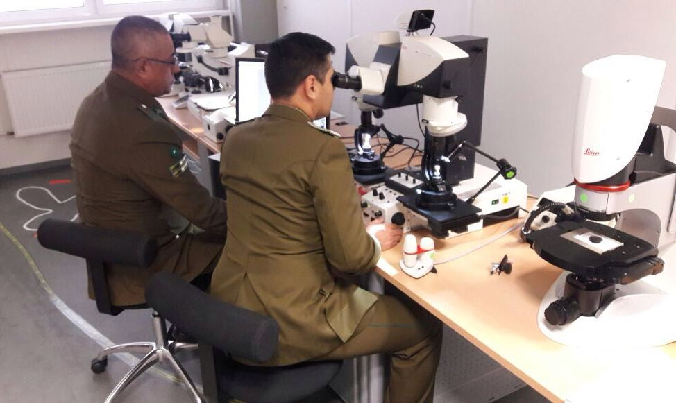 Photo of Al estilo CSI Carabineros de Labocar se especializan en uso de microscopio