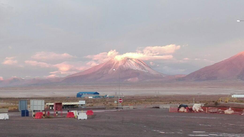 Photo of El bello espectáculo que provoca el mal tiempo en fumarola del volcán Irruputunco